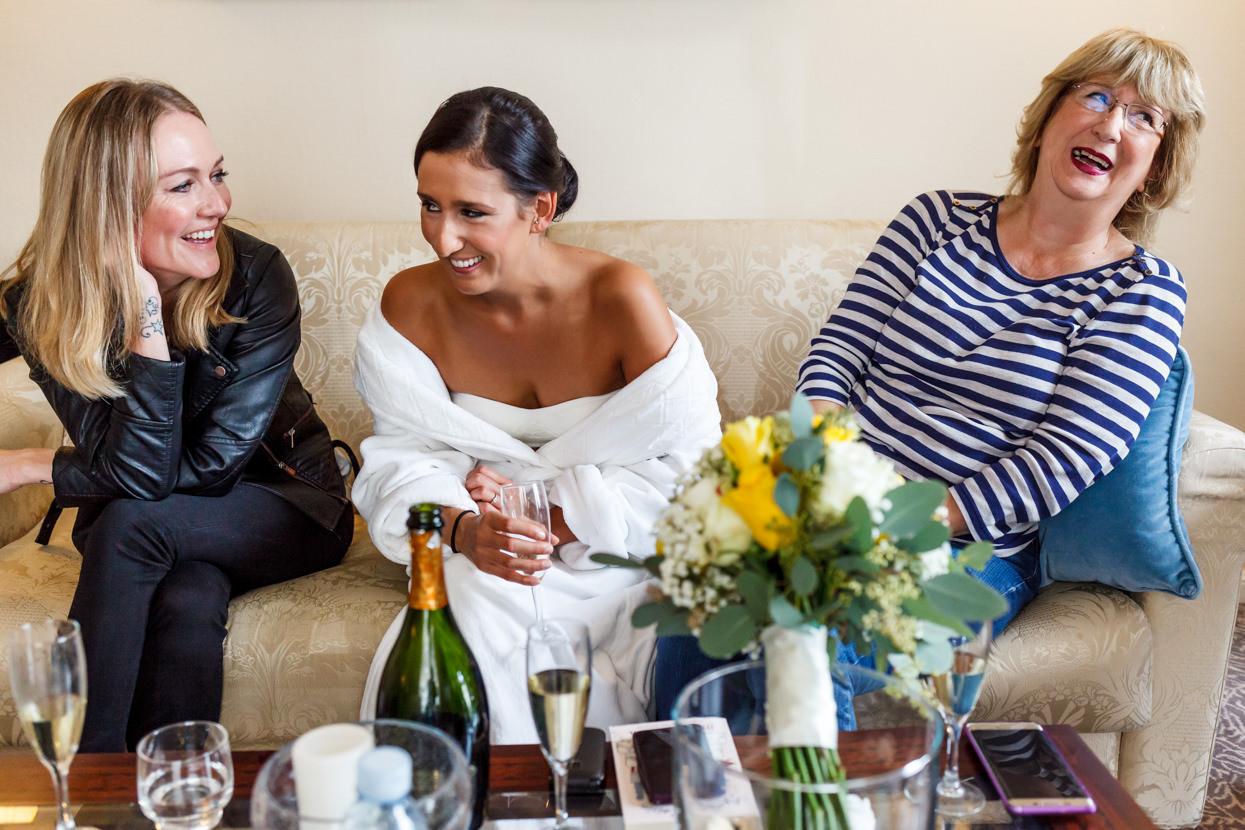 Novia de boda con madre y amiga