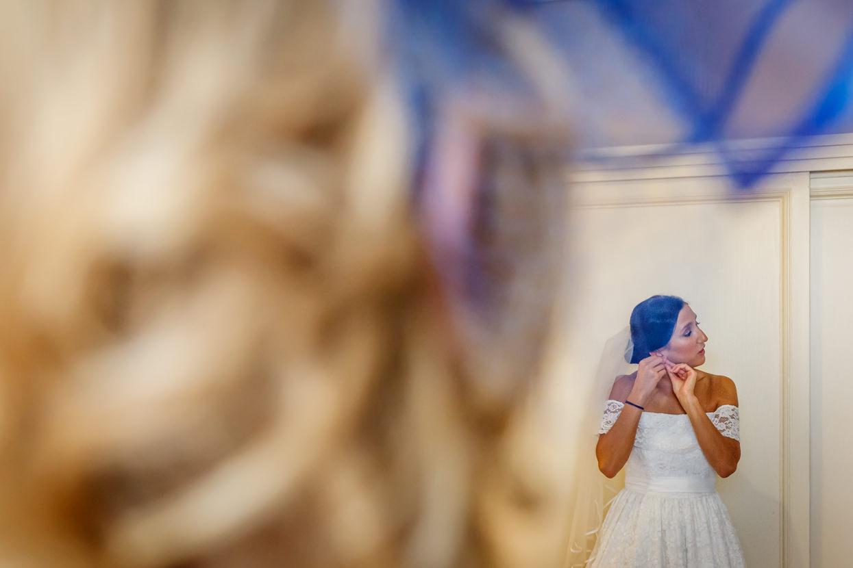 Novia se pone pendientes en Hotel de Londres de Donostia