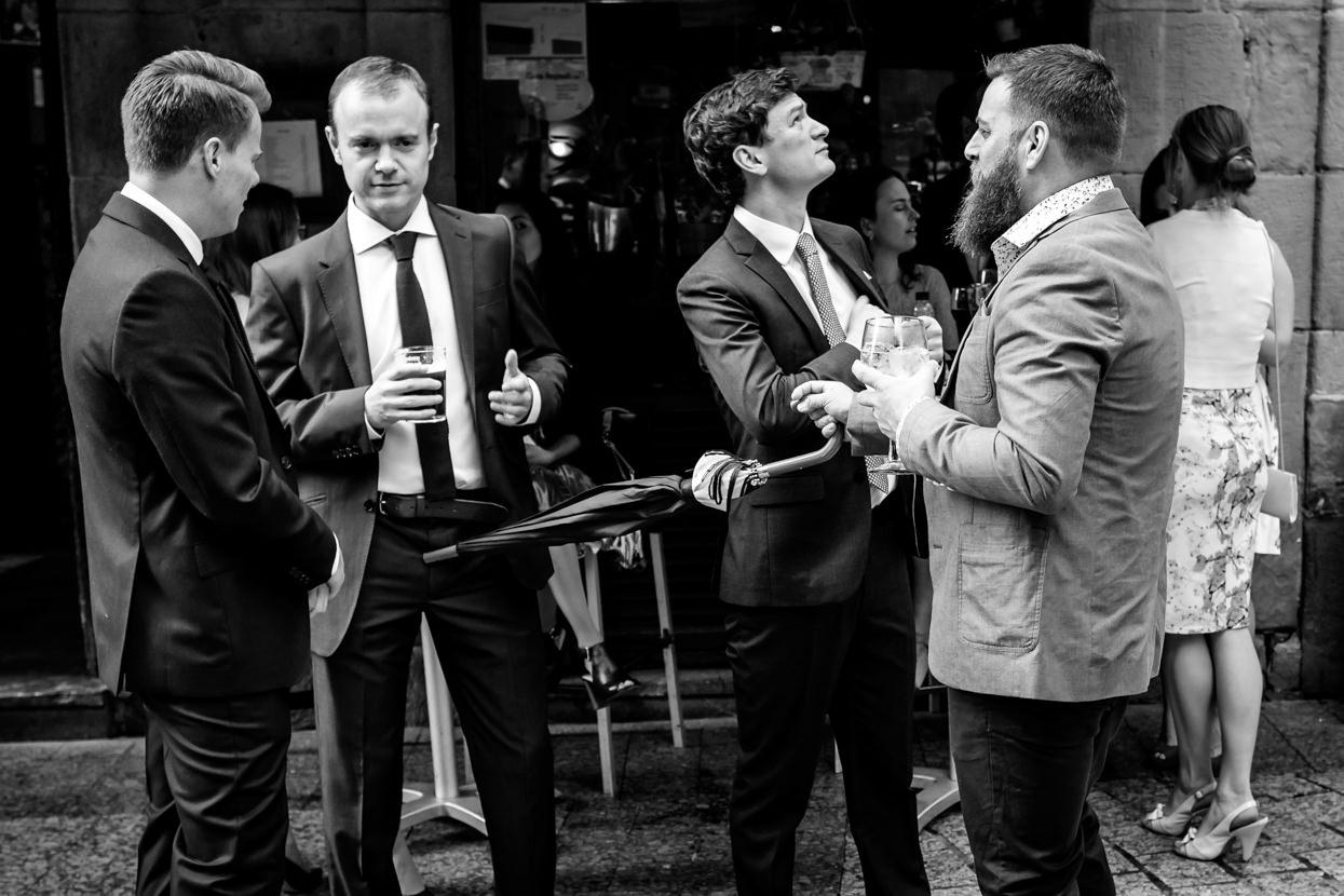 Novio con amigos de boda en San Sebastián