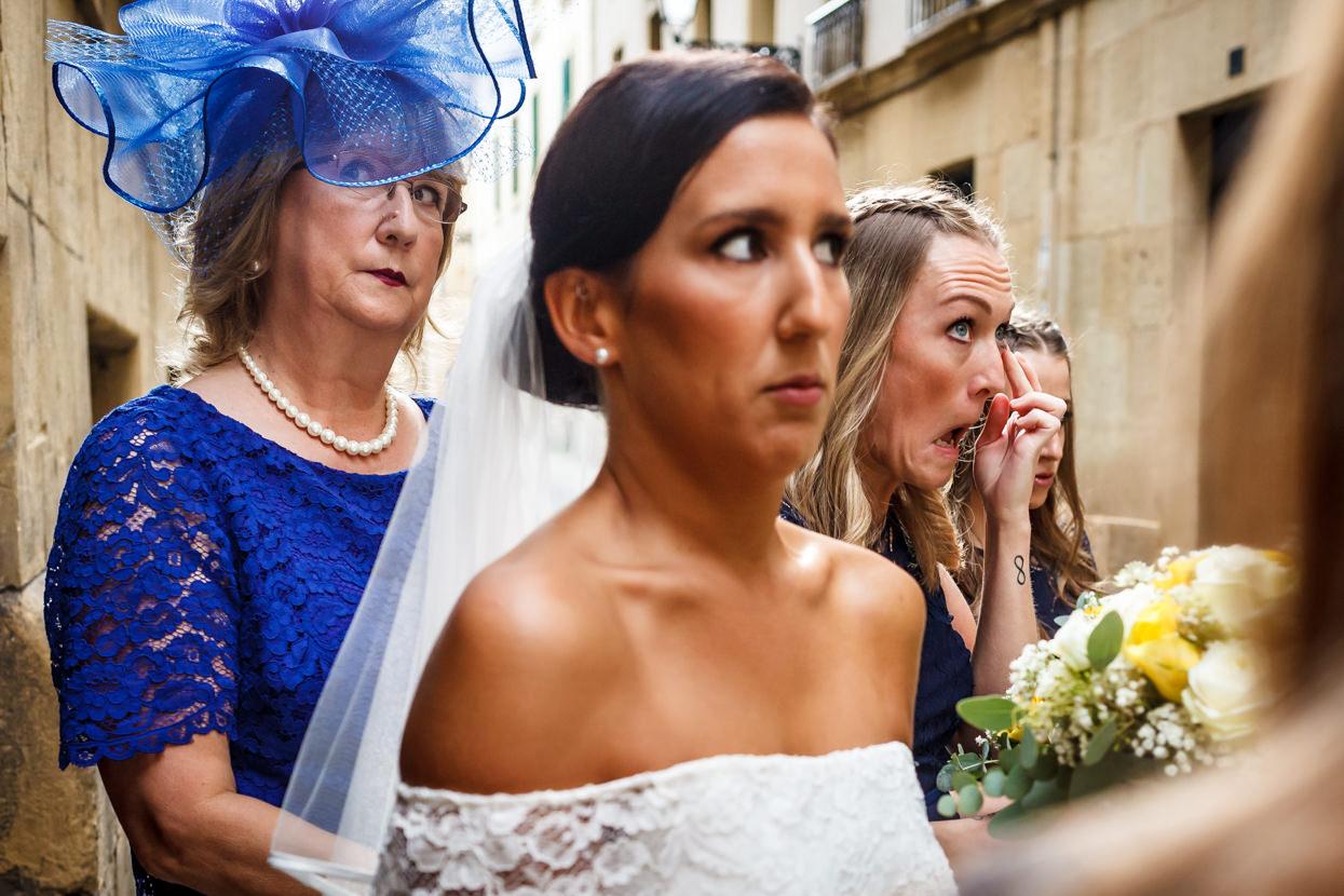Novia con madre y amiga antes de ceremonia de boda en iglesia de Santa María