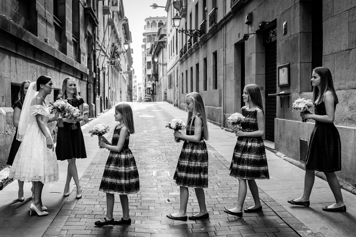 Damas de honor. Destination wedding photographer in San Sebastian