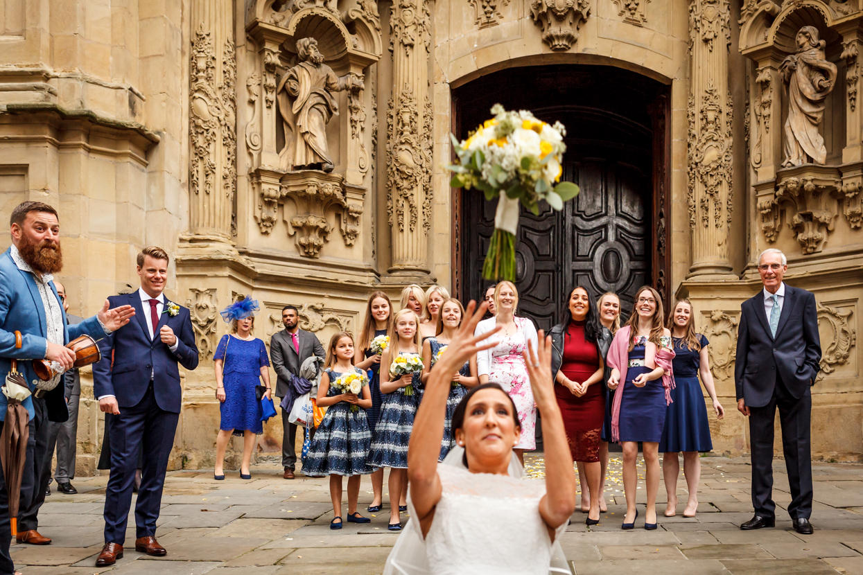 Novia lanzando ramo de flores en Santa María de Donostia