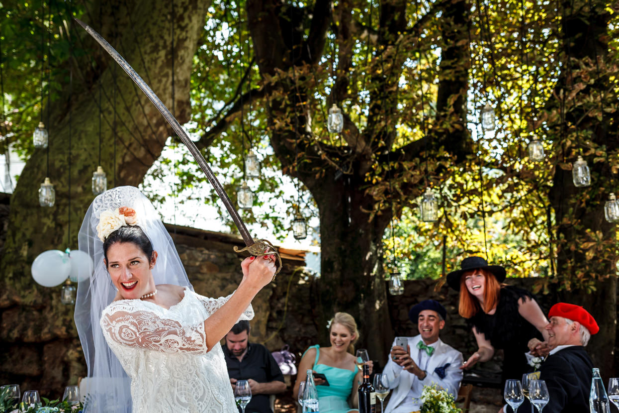 novia con espada en boda en navarra