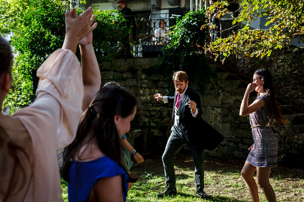 novio bailando en fiesta de boda