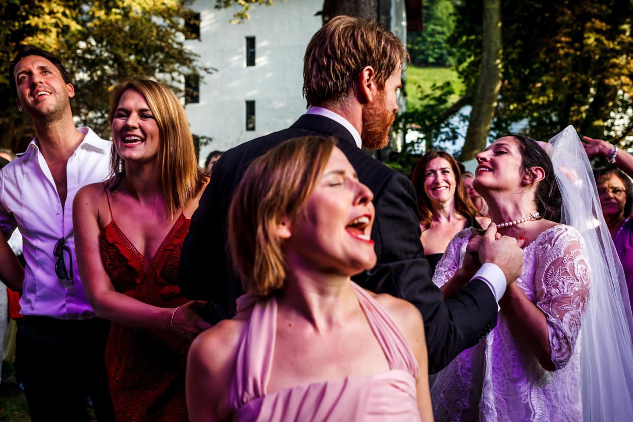 boda en leitza novios bailando en la fiesta