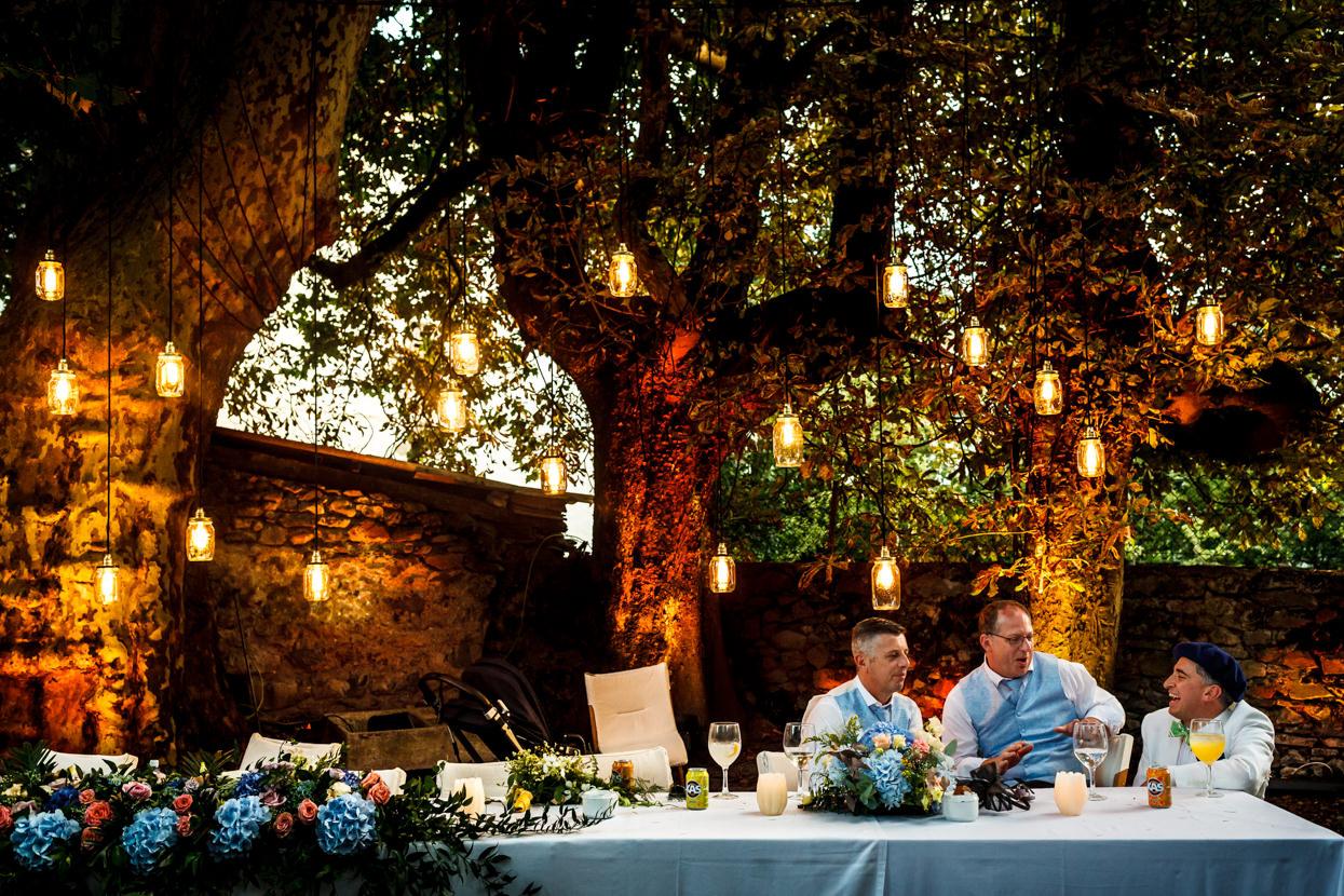 fotógrafo de boda en navarra invitados charlando