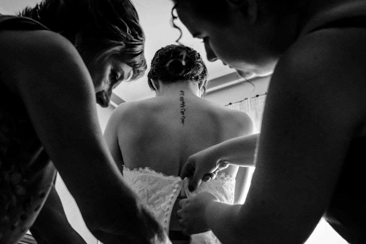 Madre y hermana visten a novia