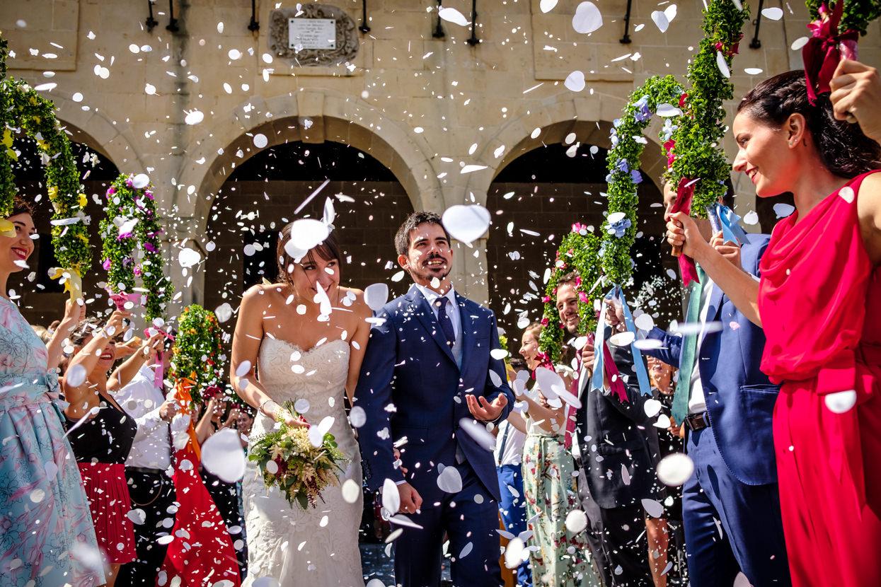 Salida de ceremonia de boda en ayuntamiento de Oiartzun