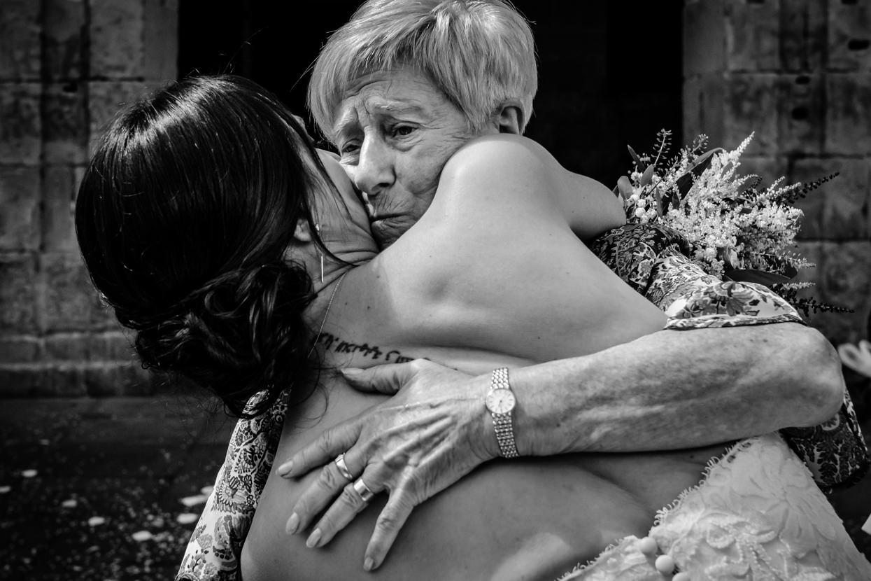Ceremonia de boda. Novia abraza a abuela