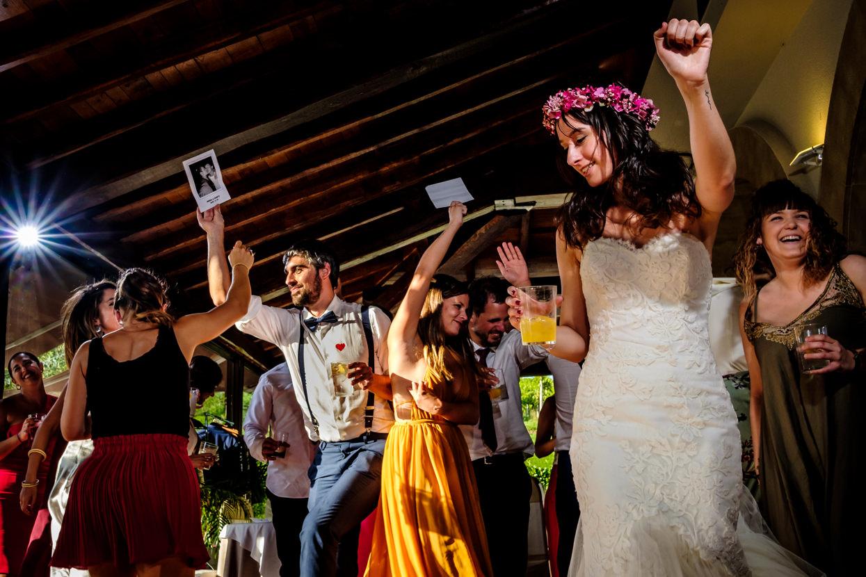 Novia baila con invitados de boda