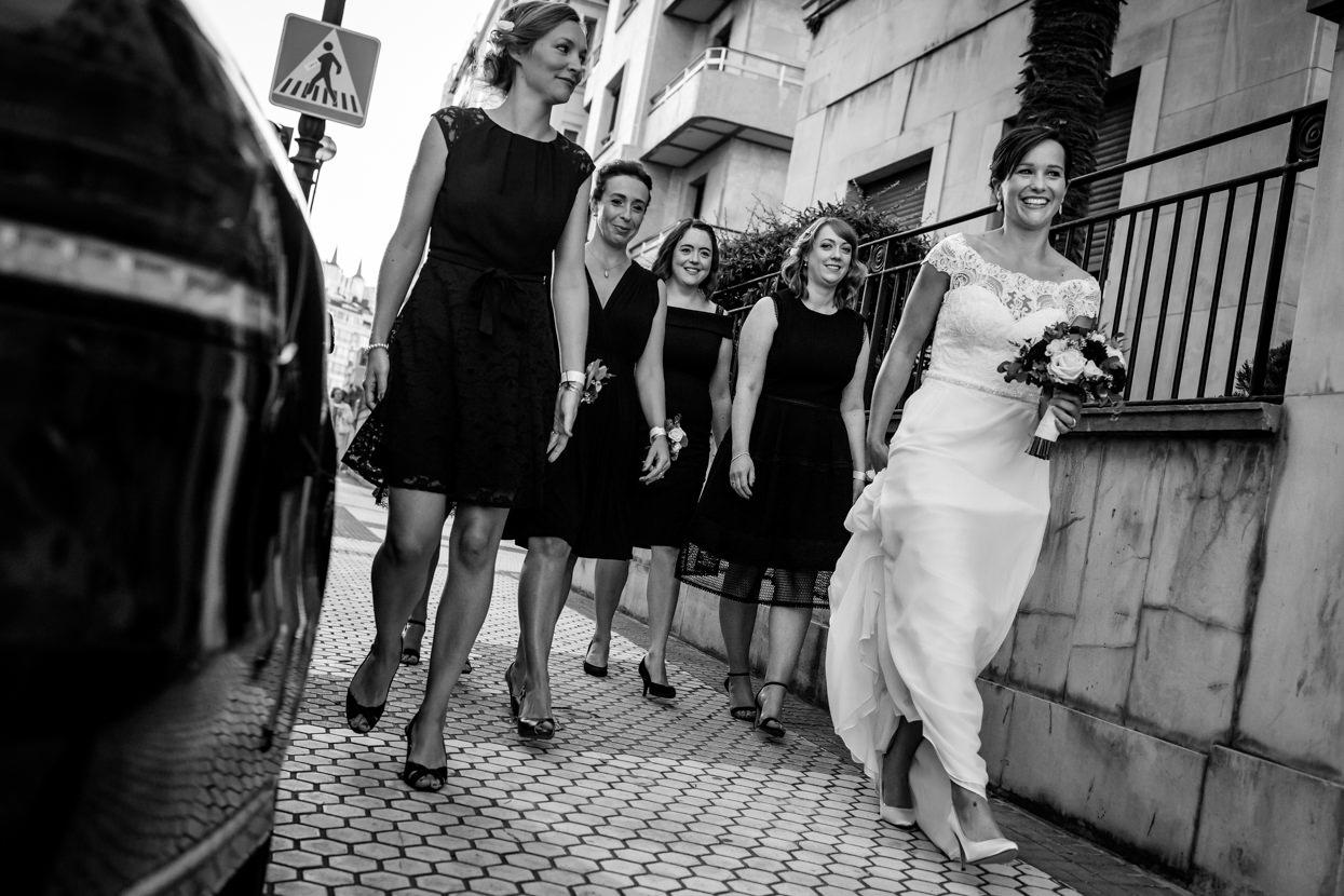 Novia con amigas en la calle en boda en San Sebastián