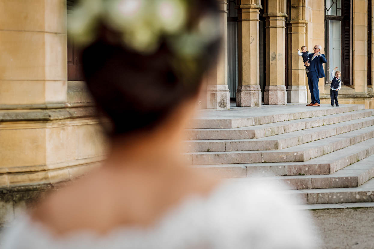 Novia llega a ceremonia de boda en el palacio Miramar