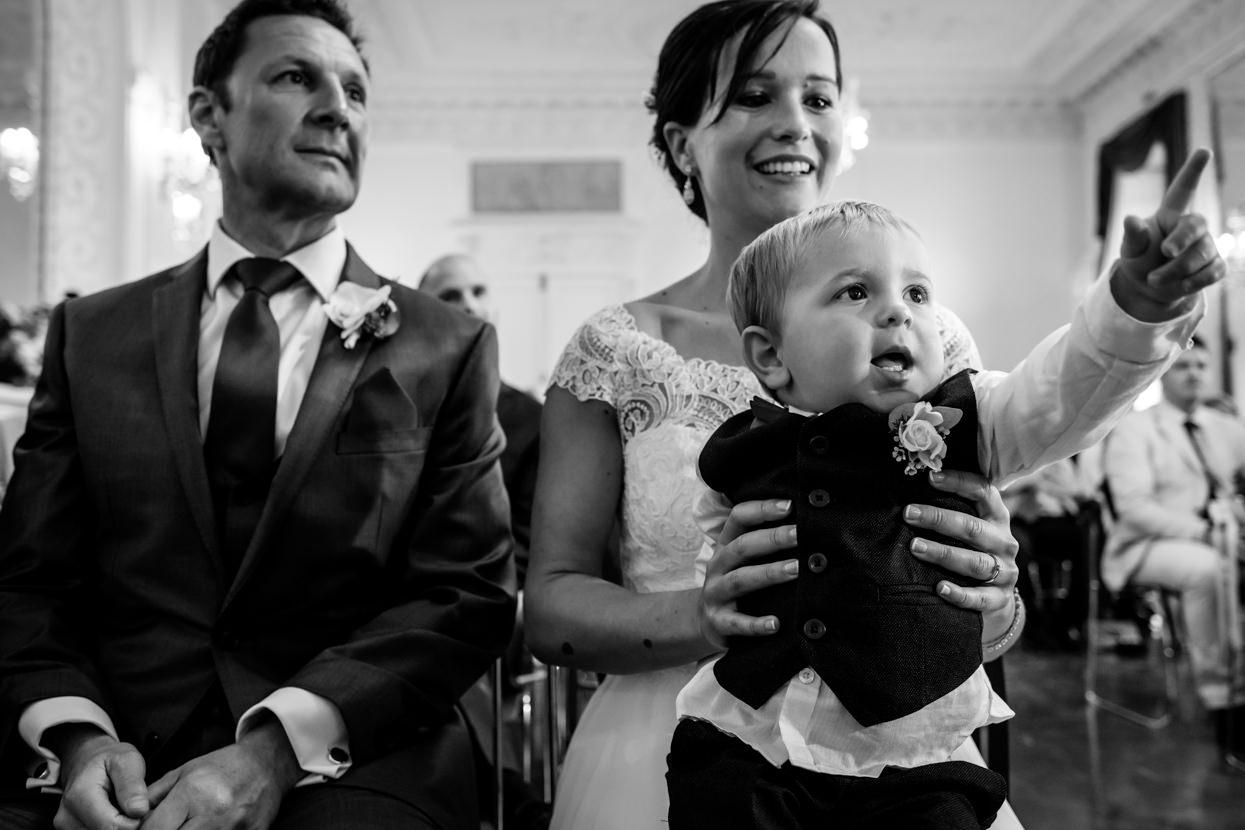Niño con novia en ceremonia de boda en el palacio Miramar