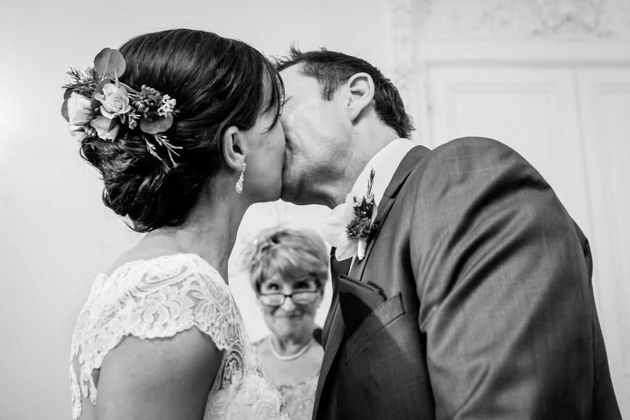 Beso de novios en boda en el palacio Miramar