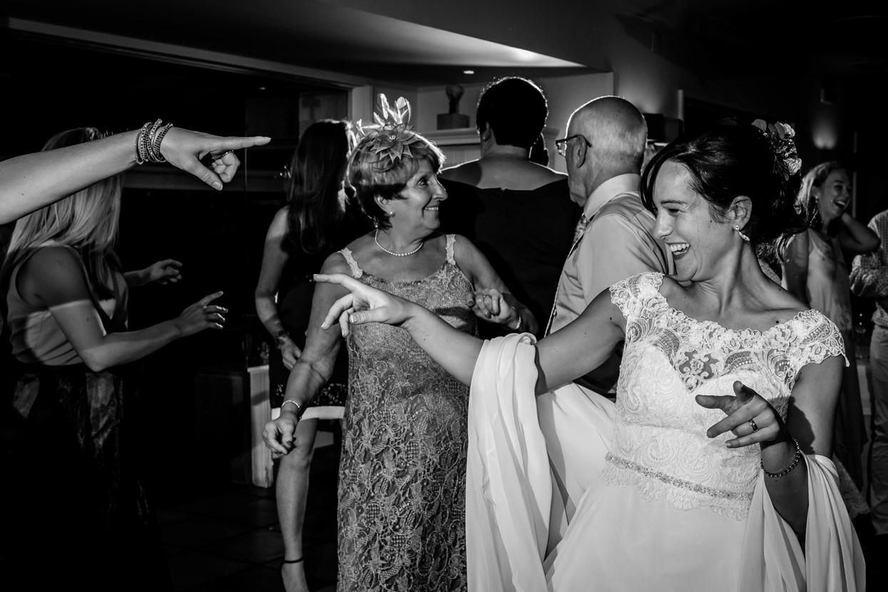 Novia baila en fiesta de boda en San Sebastián
