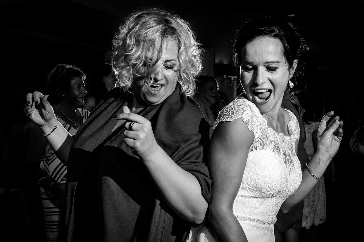 Novia baila con invitada en boda en restaurante Mirador de Ulia