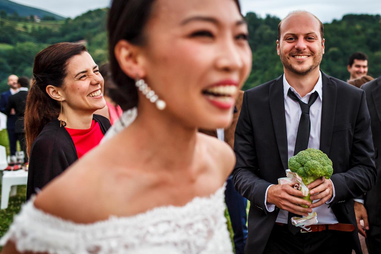 invitado de boda con ramo de brócoli
