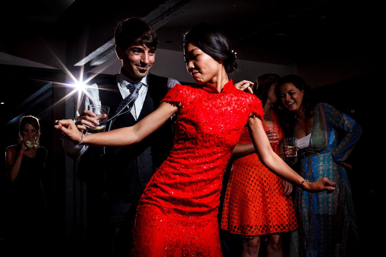 novios bailando en la fiesta de boda