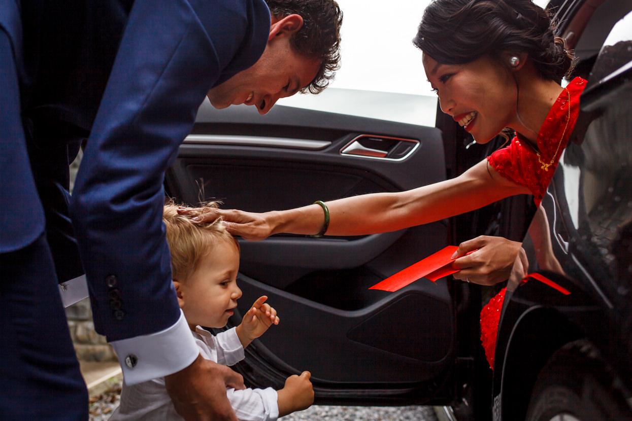 novia saludando a niño en boda en palacio yrisarri