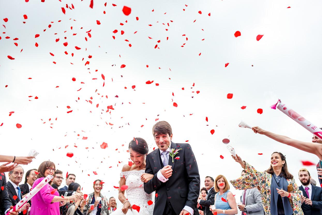 lluvia de pétalos de flores en boda en palacio yrisarri