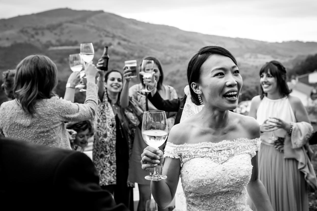 novia sonriendo en cocktail de boda
