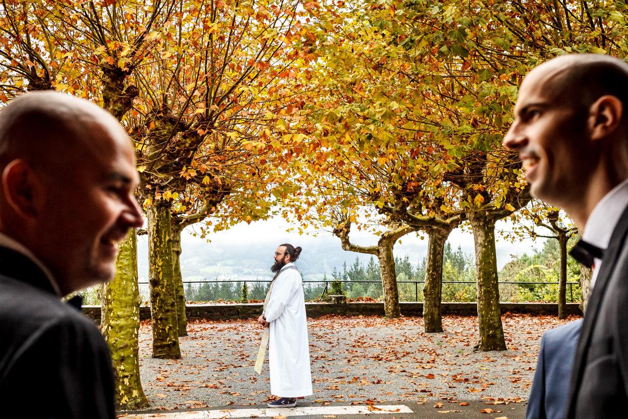 Cura espera a novia en boda en Guadalupe Hondarribia