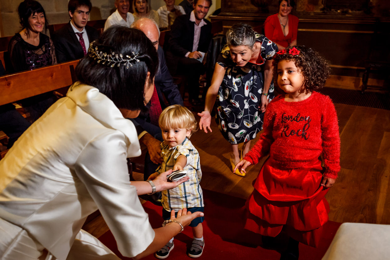 Niños llevan anillos en ceremonia de boda en Guadalupe