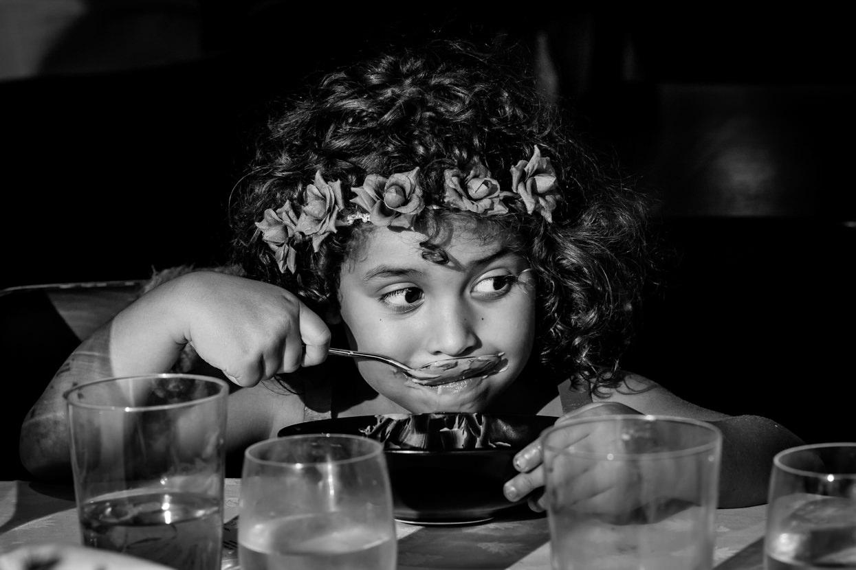 Niña come postre en boda en Guadalupe