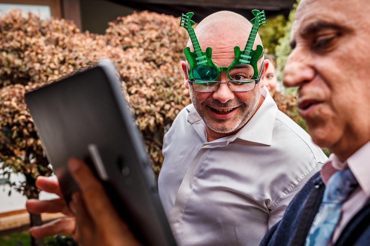 Invitado con gafas de fiesta en boda en Guadalupe