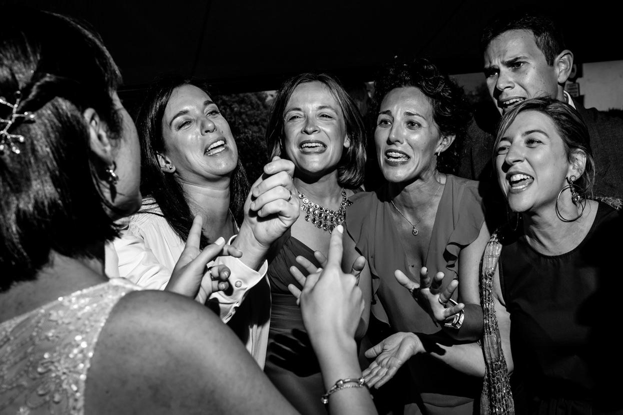 Amigas de novia cantan en restaurante Alameda