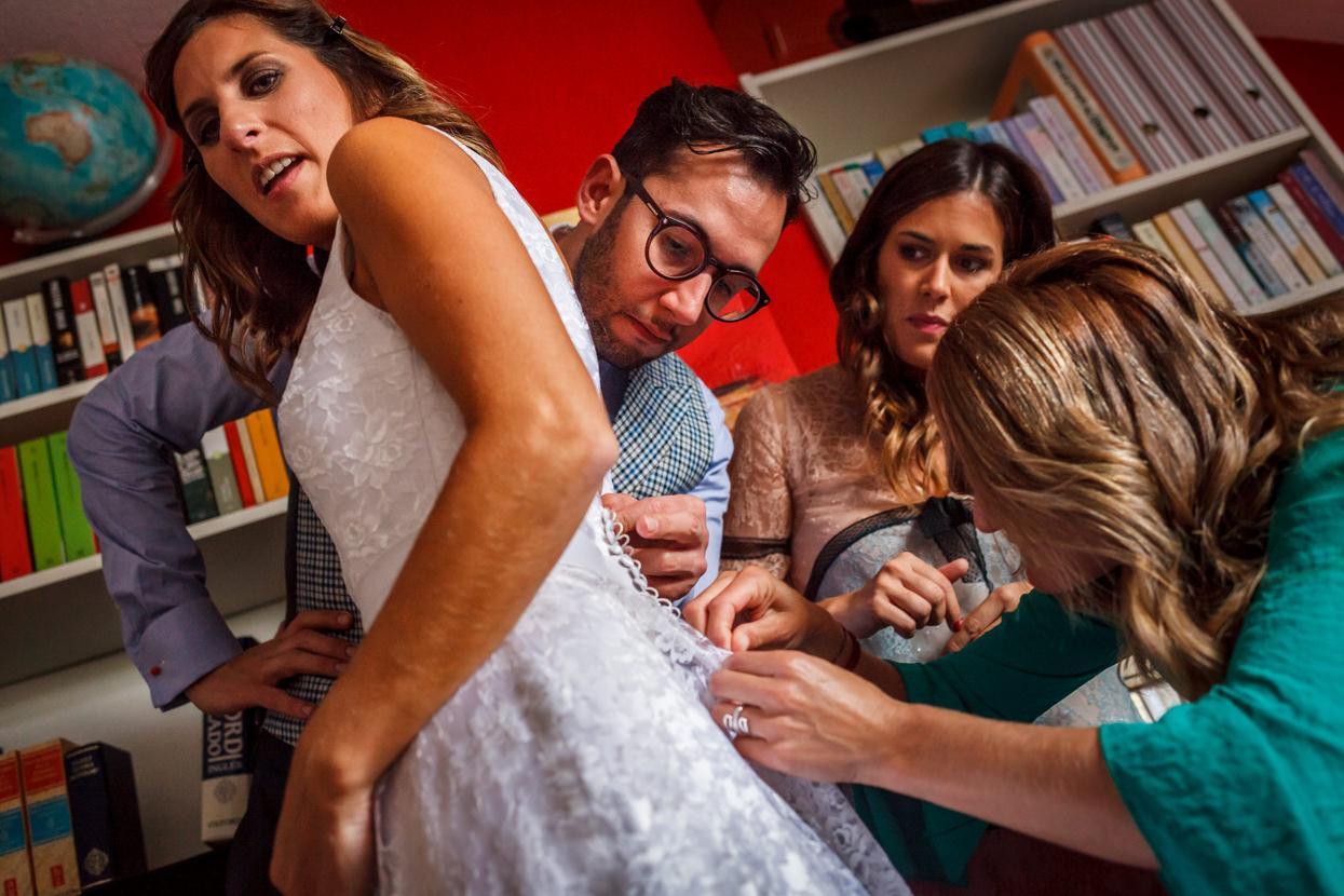 Amigos colocan vestido de novia