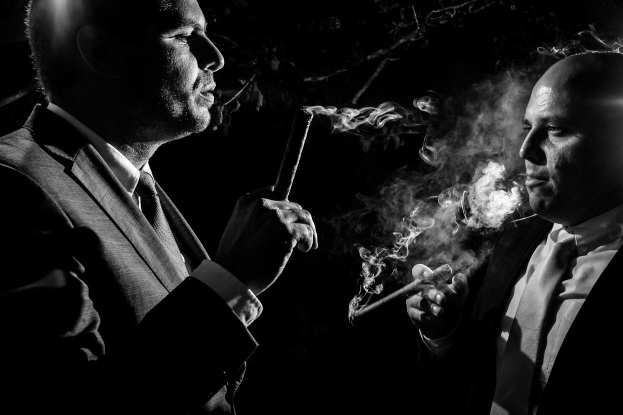 Invitados de boda fuman puros boda en Sopelana