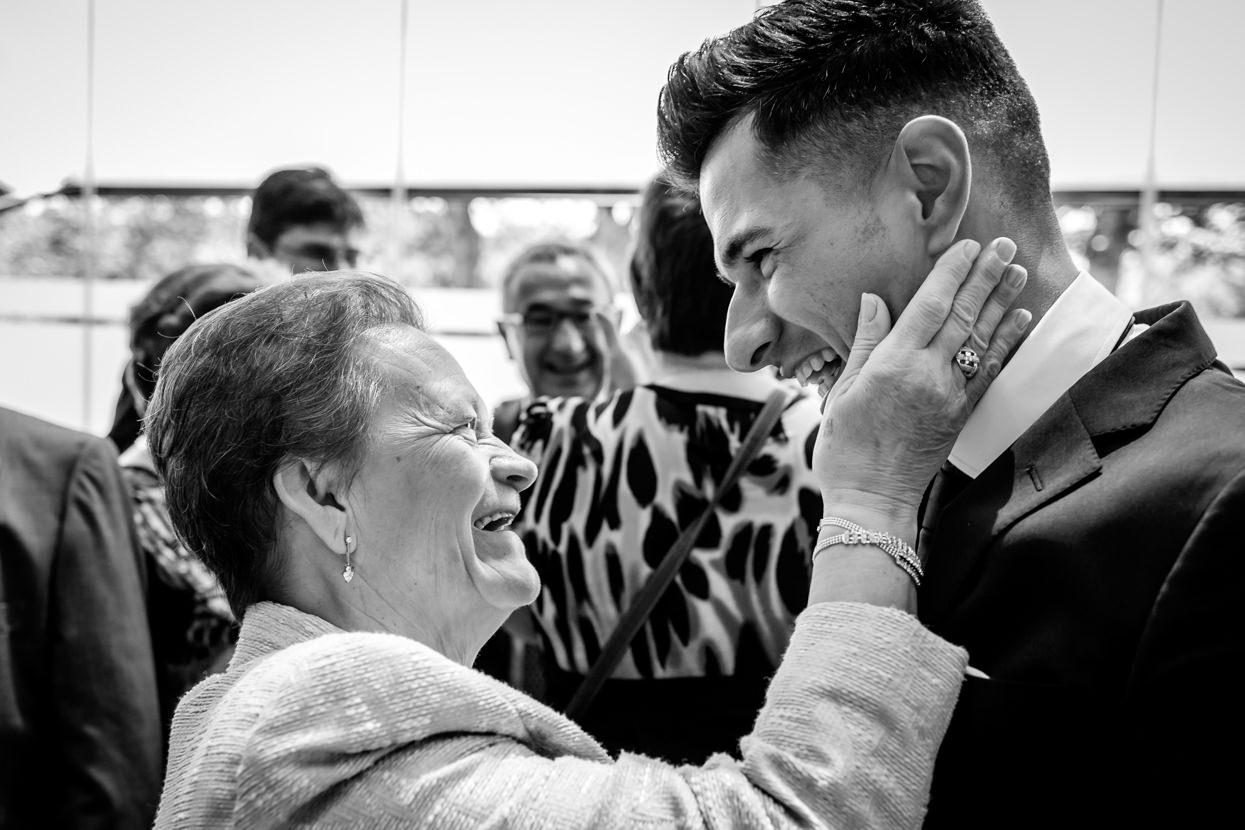 Abuela felicita al novio