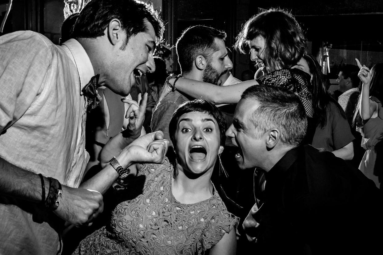 Invitados bailando en boda en Arguiñano Anaiak