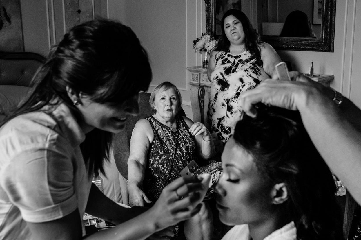 Madre y hermana de novio en boda en San Sebastián