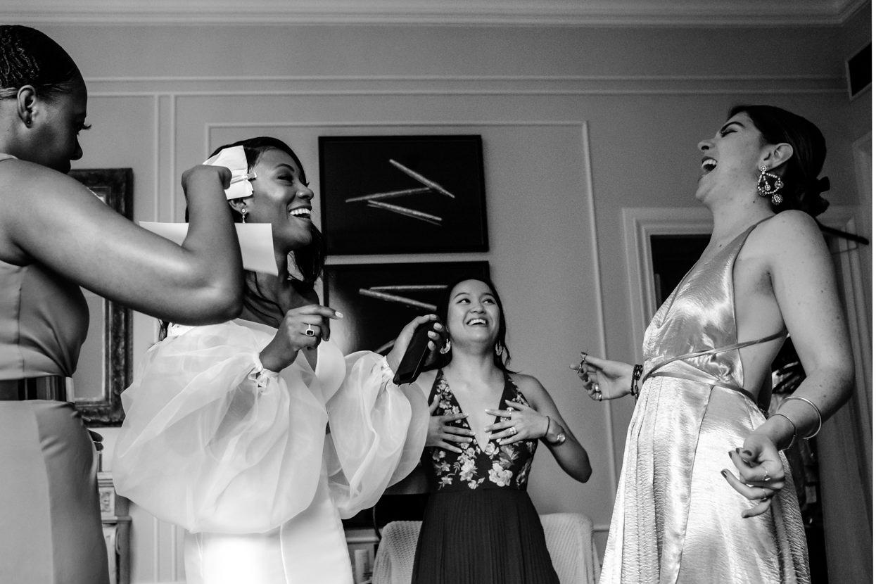 Preparativos de novia con invitadas de boda