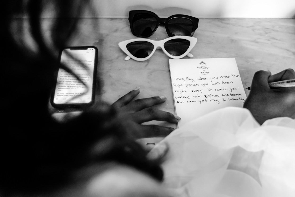 Novia escribe votos en hotel María Cristina