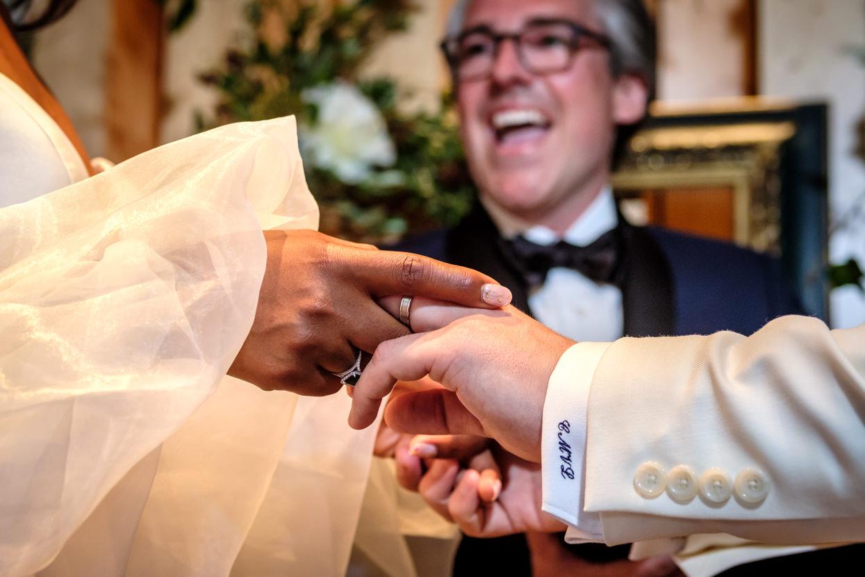 Detalle de ceremonia de boda. Anillo