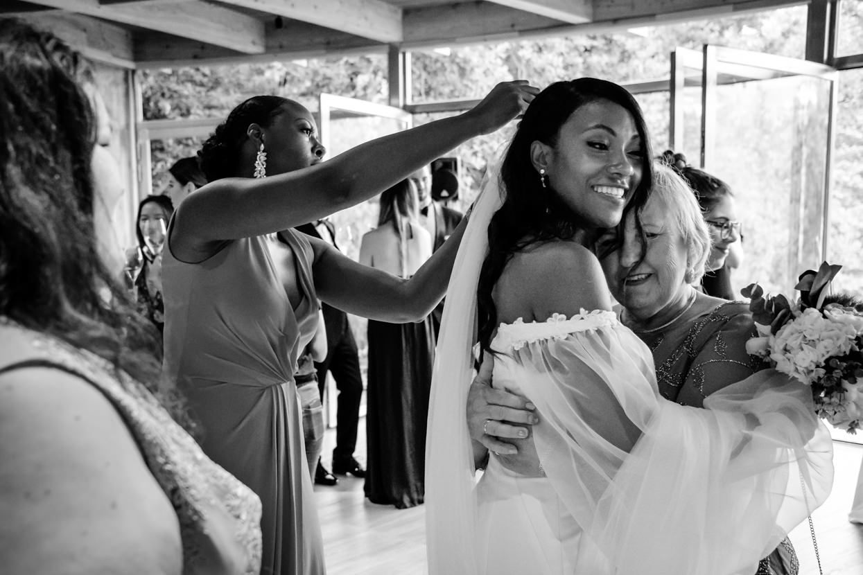 Madre del novio abraza novia en ceremonia de boda
