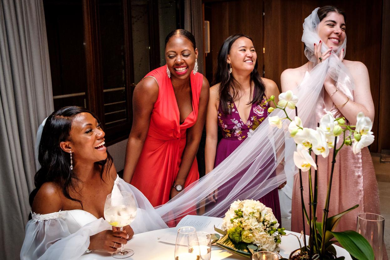 Inivitadas de boda en restaurante