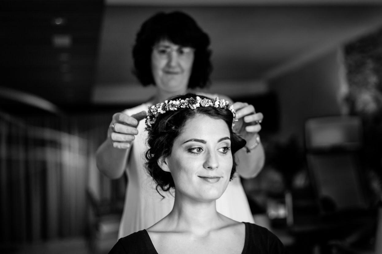 Preparativos de novia. Tocado de flores