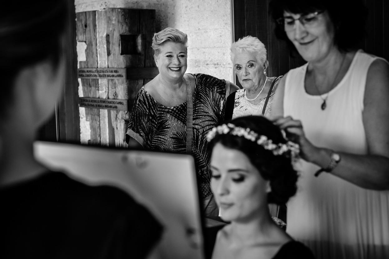 Preparativos en Yrisarri. Madre y abuela de novia.