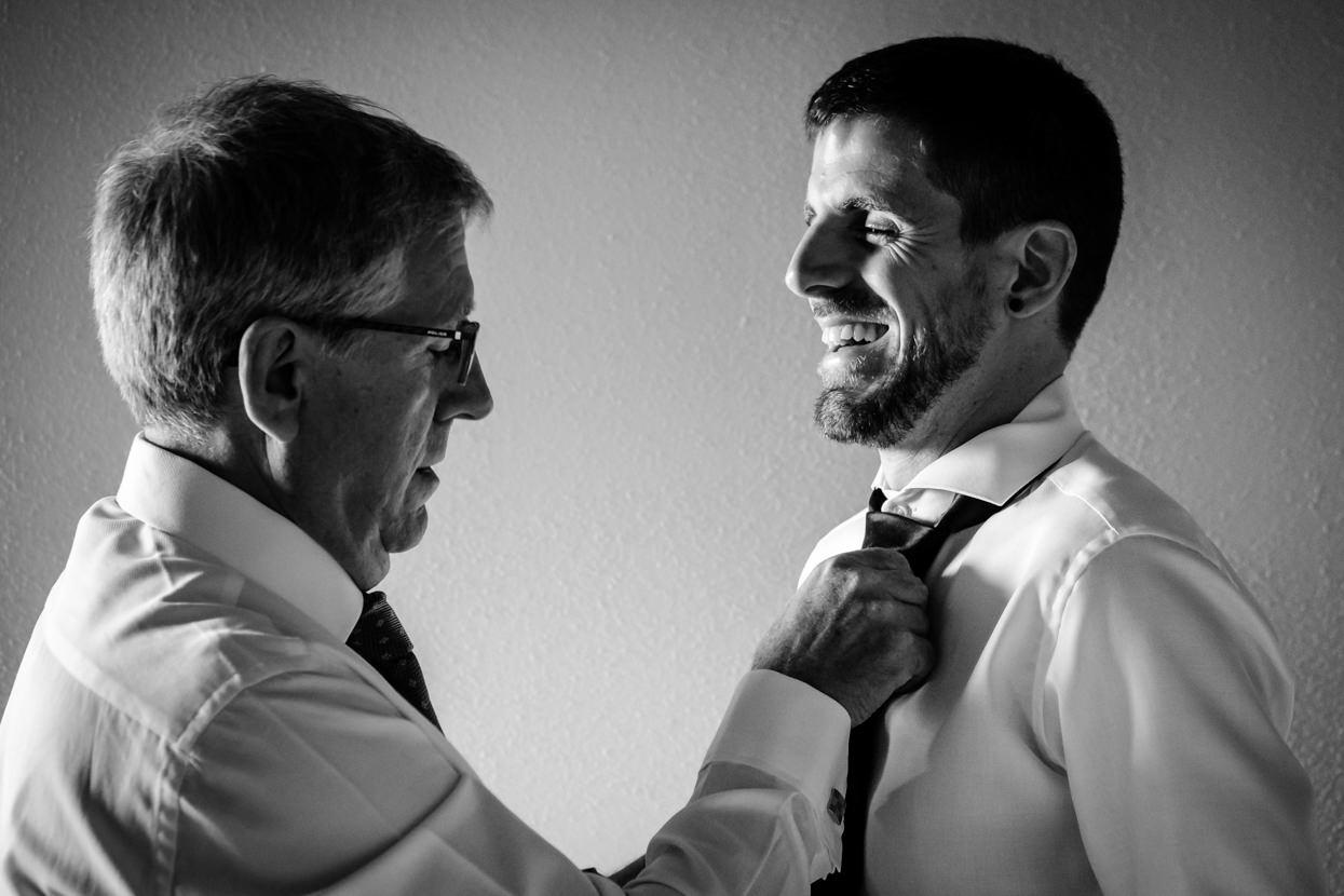Boda en Yrisarri. El padre del novio ajusta la corbata.