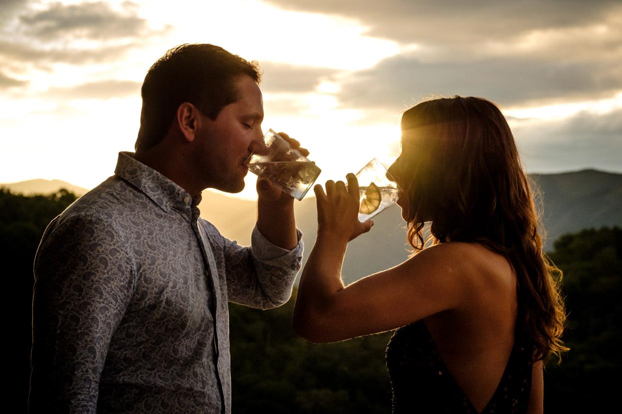 Invitados de boda bebiendo en puesta de sol en Yrisarri