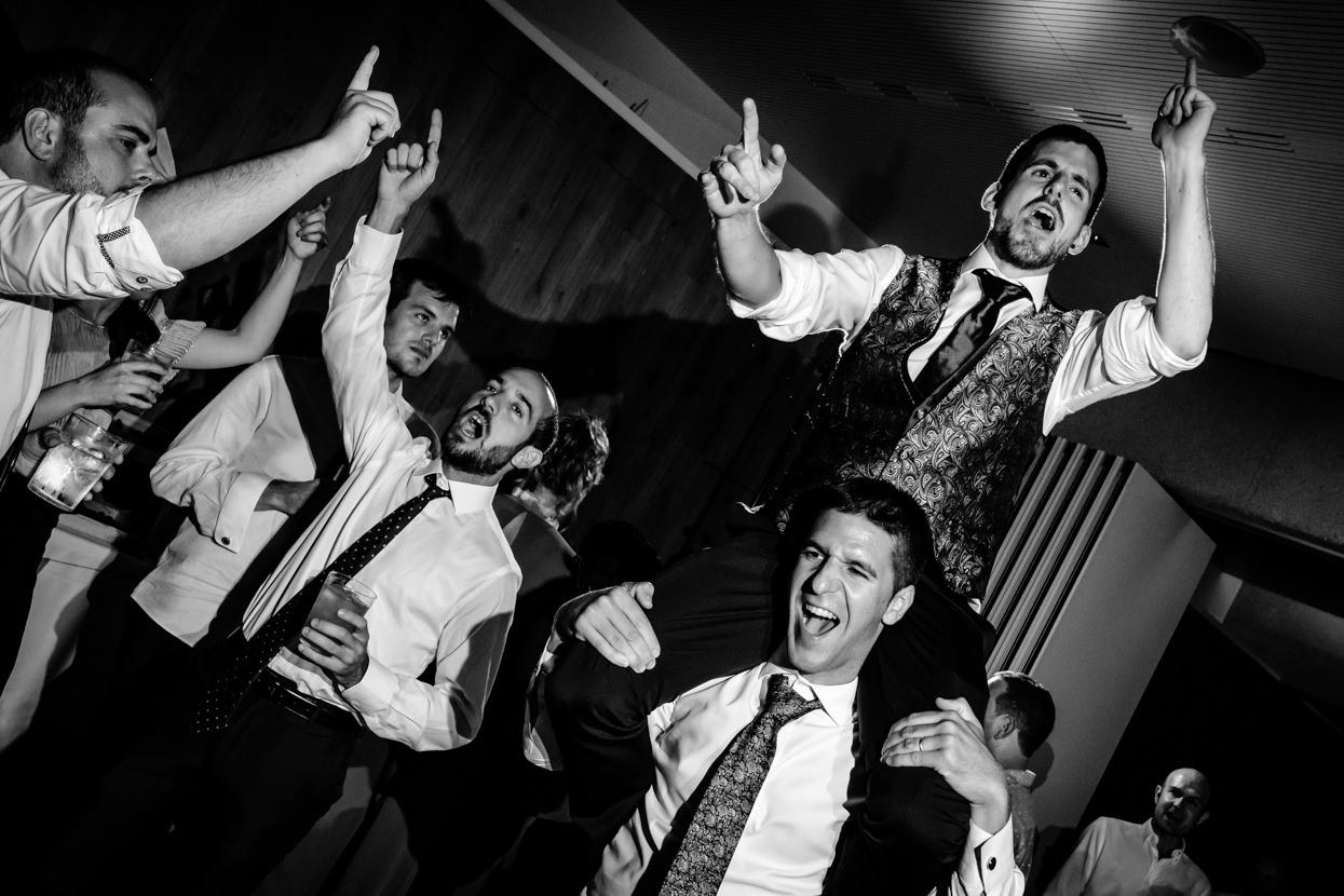 Novio en volandas en baile de boda