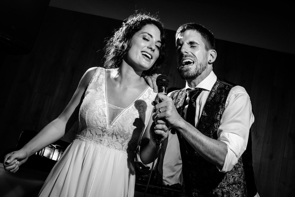 Novios cantan juntos en boda en Yrisarri